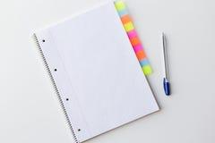 Закройте вверх организатора и пишите на таблице офиса Стоковые Изображения RF