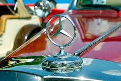 Закройте вверх орнамента клобука автомобиля года сбора винограда Мерседес-Benz Стоковое фото RF