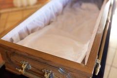 Закройте вверх открытого пустого гроба в церков Стоковая Фотография