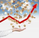 Закройте вверх открытой ладони и падая золотых монеток доллара от неба Красная стрелка идет вверх как символ роста в экономике Стоковые Изображения
