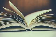 Закройте вверх открытой книги на столе Стоковое Изображение RF