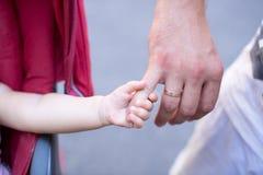 Закройте вверх отца держа его руку дочери, настолько сладостный, время семьи стоковое фото rf