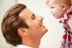 Закройте вверх отца держа дочь младенца Стоковая Фотография