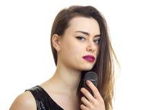 Закройте вверх очаровательной девушки с микрофоном Стоковая Фотография