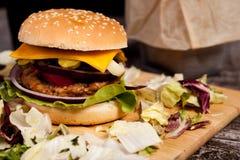 Закройте вверх очень вкусного домашнего сделанного бургера на деревянной плите Стоковая Фотография