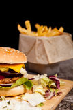 Закройте вверх очень вкусного домашнего сделанного бургера на деревянной плите Стоковое фото RF