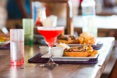 Закройте вверх очень вкусного свежего бургера с вкусным коктеилем стоковое фото