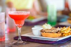 Закройте вверх очень вкусного свежего бургера с вкусным коктеилем стоковая фотография