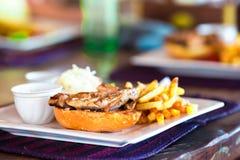 Закройте вверх очень вкусного свежего бургера с сыром и беконом стоковые изображения