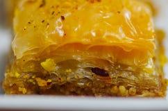 Закройте вверх очень вкусной традиционной турецкой бахлавы еды с фисташкой на белой плите Стоковое Изображение RF