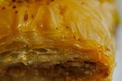 Закройте вверх очень вкусной традиционной турецкой бахлавы еды с фисташкой на белой плите Стоковое Фото