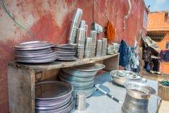 Закройте вверх пакостных шаров, баков и подносов которым люди используют для того чтобы сварить еду в кухне в Джайпуре, Индии Стоковые Фотографии RF