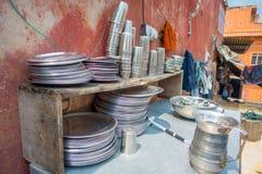 Закройте вверх пакостных шаров, баков и подносов которым люди используют для того чтобы сварить еду в кухне в Джайпуре, Индии Стоковое Изображение