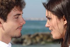 Закройте вверх пары смотря один другого с влюбленностью Стоковое фото RF