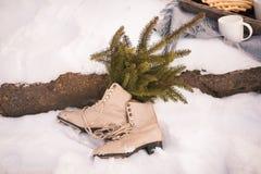 Закройте вверх пар белых коньков льда на снеге стоковые изображения rf