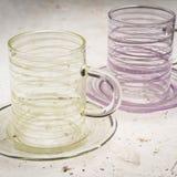 Закройте вверх пар кристаллических чашек с соответствуя поддонниками Стоковая Фотография