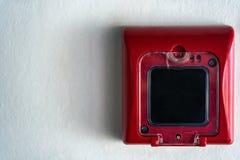 Закройте вверх переключателя пожарной сигнализации в красной коробке на стене Стоковое Изображение