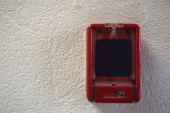Закройте вверх переключателя пожарной сигнализации в красной коробке на стене Стоковое Фото