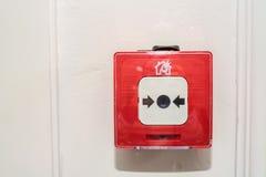 Закройте вверх переключателя пожарной сигнализации в красной коробке на стене Стоковое фото RF