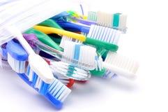 Закройте вверх пестротканых зубных щеток на белой предпосылке Стоковые Изображения RF