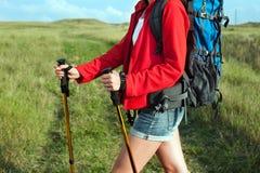 Закройте вверх пешей молодой женщины с рюкзаком Стоковое фото RF