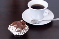 Закройте вверх пирожного обломока шоколада очень вкусного праздника домодельного с чашкой чая кофе Стоковое Фото