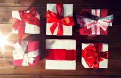 Закройте вверх подарочных коробок на деревянном поле от верхней части Стоковое Фото