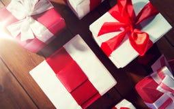 Закройте вверх подарочных коробок на деревянном поле от верхней части Стоковые Изображения