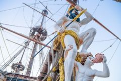 Закройте вверх подставного лица на пиратском корабле в Генуе, Италии Стоковое Изображение RF