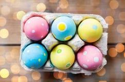 Закройте вверх покрашенных пасхальных яя в коробке яичка Стоковое Фото