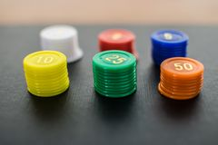 Закройте вверх покрашенных штабелированных обломоков казино Стоковое Изображение RF
