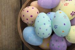 Закройте вверх покрашенных яичек в плетеном космосе экземпляра шара Стоковое Изображение RF