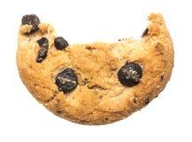 Закройте вверх половинного съеденного печенья с мякишем против задней части белизны Стоковое Изображение