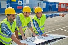 Закройте вверх построителей с светокопией на клобуке автомобиля Стоковые Изображения RF