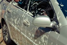 Закройте вверх по автомобилю чистки с водой и пеной стоковые фотографии rf