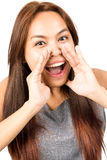 Закройте вверх по азиатской девушке выкрикивая руки вокруг рта v Стоковое Фото