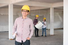 Закройте вверх по азиатскому шлему безопасности w желтого цвета носки инженера по строительству и монтажу Стоковое Изображение