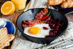 Закройте вверх по английскому завтраку в деревенском стиле Стоковые Изображения RF