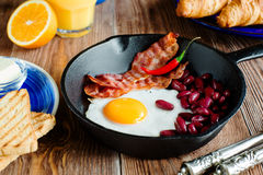 Закройте вверх по английскому завтраку в деревенском стиле Стоковые Изображения