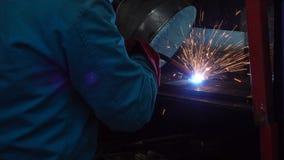 Закройте вверх по аргону заварки промышленного работника на мастерской Стоковое Изображение RF
