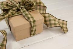 Закройте вверх подарочной коробки на таблице Стоковые Фотографии RF
