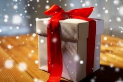 Закройте вверх подарочной коробки рождества на деревянном столе Стоковая Фотография RF