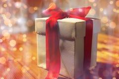 Закройте вверх подарочной коробки рождества на деревянном столе Стоковые Фотографии RF