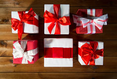 Закройте вверх подарочных коробок на деревянном поле от верхней части Стоковые Изображения RF