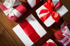 Закройте вверх подарочных коробок на деревянном поле от верхней части Стоковое Изображение RF