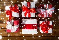Закройте вверх подарочных коробок на деревянном поле от верхней части Стоковая Фотография