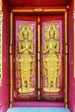 закройте вверх по бас-сбросу дверей в красивом виске Wat Samai Kongka на Ko Pha Ngan, Таиланде Стоковое фото RF