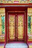 закройте вверх по бас-сбросу дверей в красивом виске Wat Samai Kongka на Ko Pha Ngan, Таиланде Стоковые Изображения RF