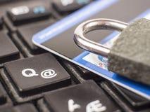 Закройте вверх по безопасности кредитной карточки для интернета Стоковое Фото