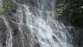 Закройте вверх по белому водопаду сток-видео